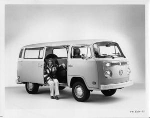 1977 VW Volkswagen Station Wagon Bus Van Press Photo and Release 0023