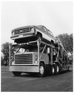 1980 Chevrolet Bruin Hauling a Blazer and other Chevy Trucks Press Photo 0150
