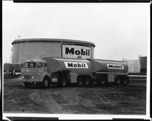 1950s White Truck with Tank Trailers Press Photo 0021 Mobil